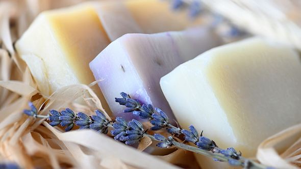 Selbst gemachte Schafmilchseife eignet sich perfekt als Gastgeschenk. - Foto: iStock/ igoriss