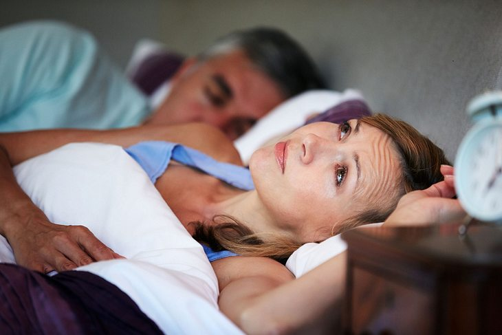 Eltern, die sich um ihre erwachsenen Kinder sorgen, können einer Studie zufolge unter Schlafmangel leiden.