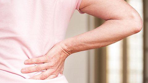 Welche Schlafposition Rückenschmerzen vorbeugen kann. - Foto: georgeclerk / iStock