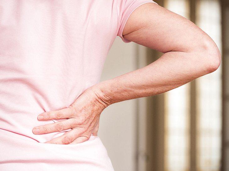 Welche Schlafposition Rückenschmerzen vorbeugen kann.