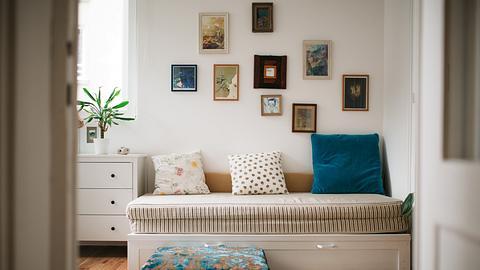 Schlafsofa vor Bilderwand - Foto: iStock/Ivan Pantic