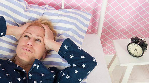 Schlechter Schlaf im Alter: Das sind die Ursachen.  - Foto: IvonneW / iStock