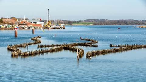 Schlei mit Hering Wehr vor dem Hafen von Kappeln. - Foto: ingwio / iStock