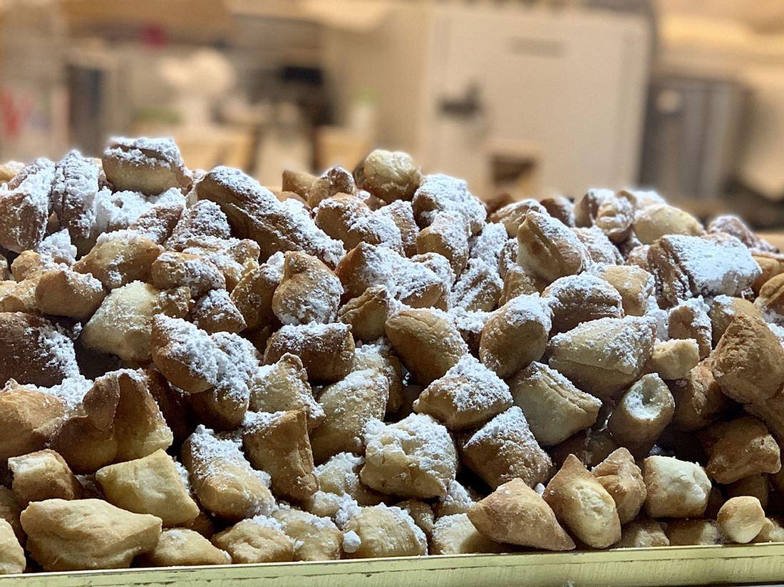 Mhmmm, lecker! Schmalzkuchen, die süße Versuchung vom Weihnachtsmarkt, können Sie auch selbst backen.
