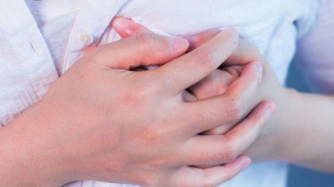 Viele Frauen leiden während der Wechseljahren unter Schmerzen in den Brustwarzen. - Foto: xijian / iStock