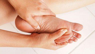 Schmerzende Füße: Wie Sie Hühneraugen, Druckstellen und Co. behandeln - Foto: paisan191 / iStock