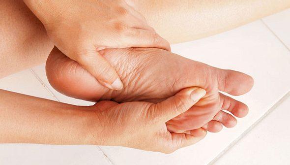Schmerzende Füße: Das hilft gegen Druckstellen und Co.