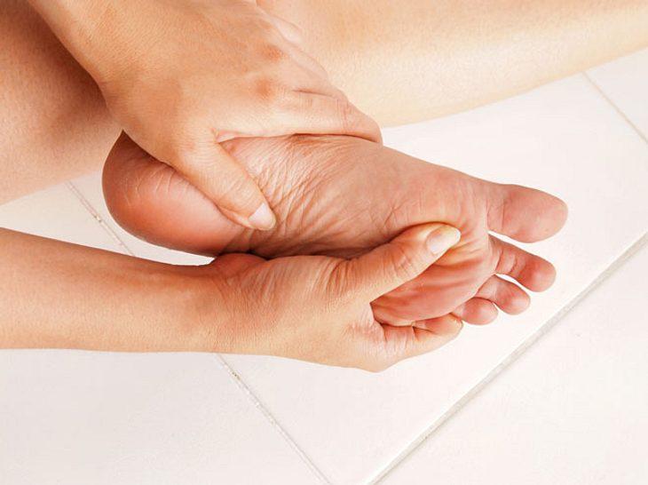 Schmerzen an der Fußsohle: Die Ursache ist oft eine Plantarfasziitis