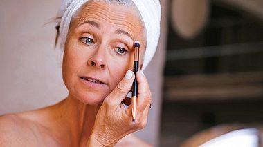 Unsere Schminktipps sind für Frauen mit grauen Haaren sehr hilfreich. - Foto: wundervisuals / iStock