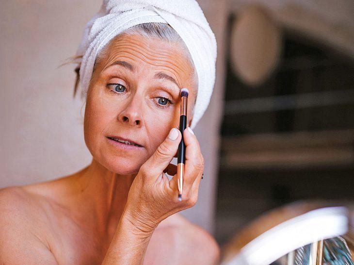 Unsere Schminktipps sind für Frauen mit grauen Haaren sehr hilfreich.