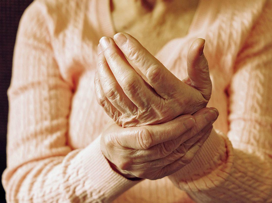 Wie ein Schnappfinger, auch schnellender Finger genannt, diagnostiziert und therapiert wird.