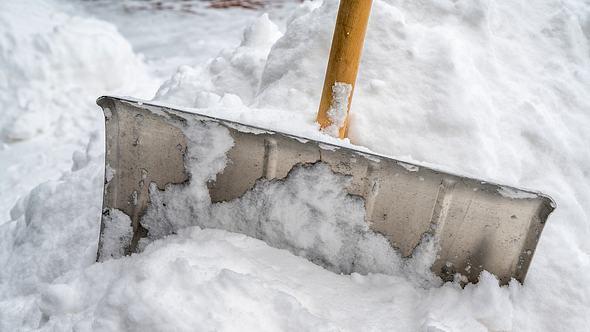 Schneeschieber aus Metall bei der Arbeit - Foto: iStock/Ralf Geithe