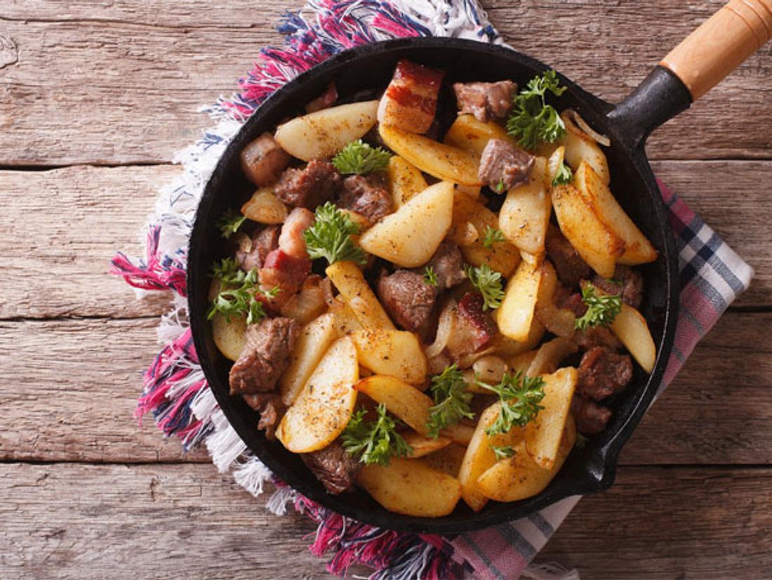 Die Kartoffel-Steak-Pfanne eignet sich ideal als leckeres Abendessen.