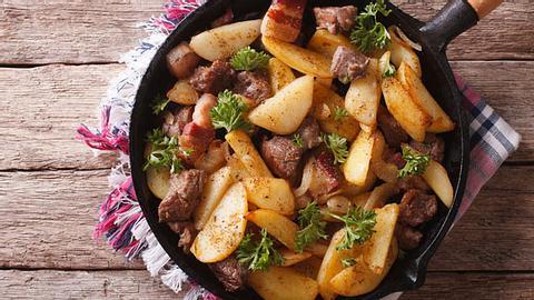 Die Kartoffel-Steak-Pfanne eignet sich ideal als leckeres Abendessen. - Foto: ALLEKO / iStock