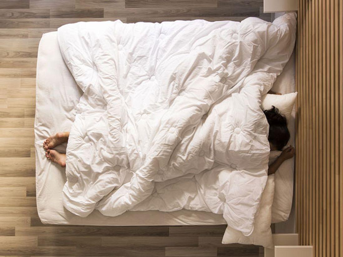 Schneller einschlafen: Eine Gewichtsdecke kann helfen