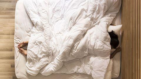 Schneller einschlafen: Eine Gewichtsdecke kann helfen - Foto: kizilkayaphotos / iStock