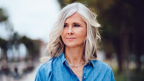 Schöne graue Haare ohne Färben.