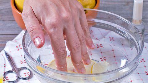 Nägel werden in einem Pflegebad gehalten