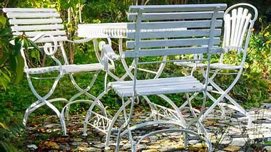 Gartenmöbel mit Hilfsmitteln wie neu aussehen lassen. - Foto: KayTaenzer / iStock