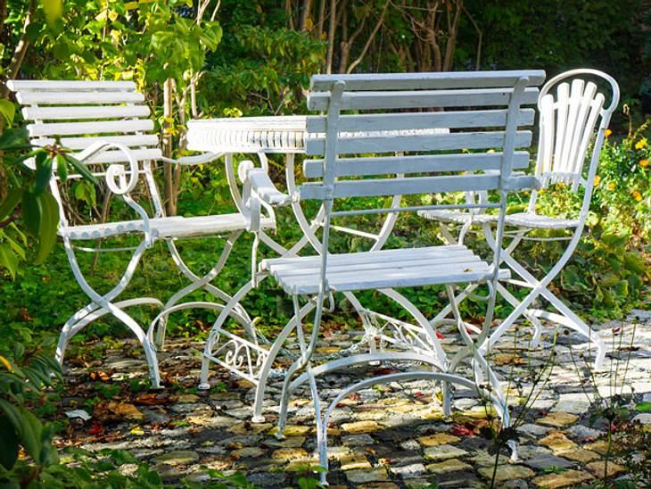 Gartenmöbel mit Hilfsmitteln wie neu aussehen lassen.