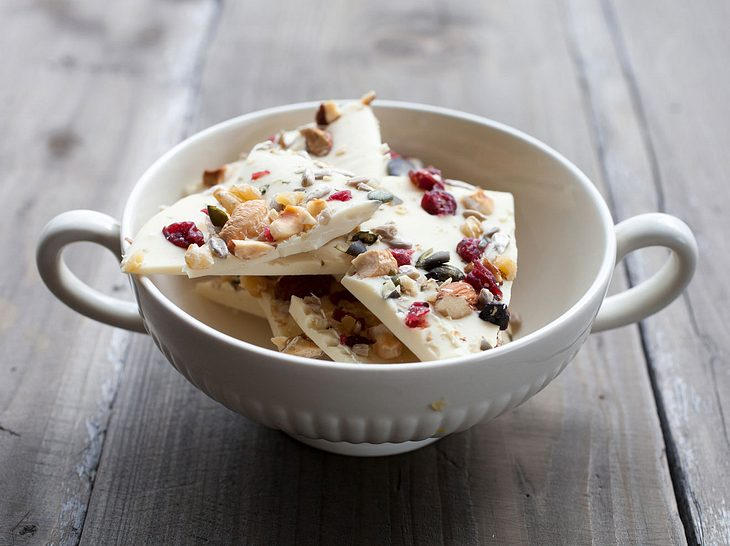 Schokolade mit Cranberrys und Nüssen selber machen ist super leicht - und kommt gut an!