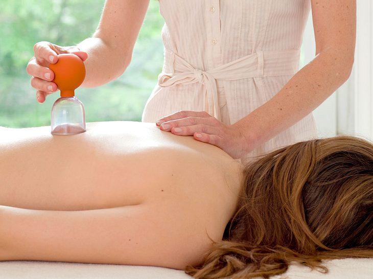 Das Schröpfen ist ein traditionelles Therapieverfahren aus dem Bereich der Alternativmedizin.