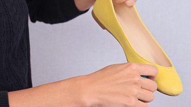 Wie Sie kleine Makel ausbessern, damit Ihre Schuhe länger schön aussehen. - Foto: ChesiireCat / iStock