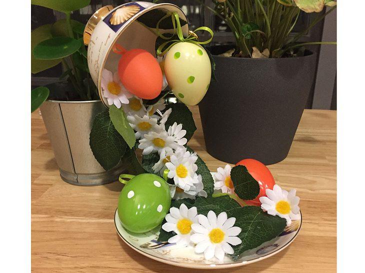 Mit diesem Basteltrick purzeln Ostereier und Frühlingsblumen aus der schwebenden Tasse.