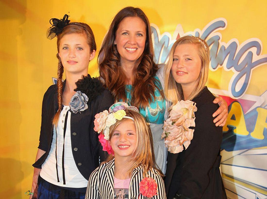 Die Kuschel-Mama Dana Schweiger mit ihren vier Töchtern