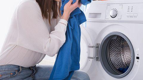 Mit diesen Tricks lässt sich Schweißgeruch aus Kleidung entfernen. - Foto: AndreyPopov / iStock