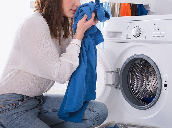Mit diesen Tricks lässt sich Schweißgeruch aus Kleidung entfernen.