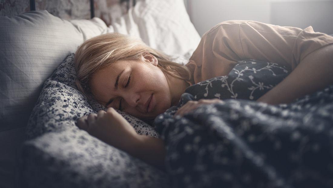 Frau schläft auf Seitenschläferkissen