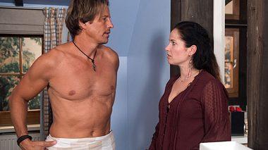 Tina und Ben landen im Bett. - Foto: ARD / Nicole Manthey