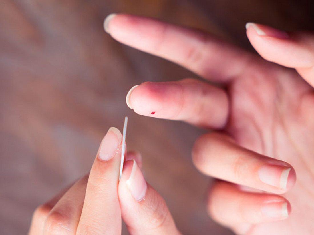 Ein Selbsttest kann schon mit einem Piks in den Finger Aufschluss über unsere Gesundheit geben.