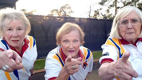 Terry Foster, Janine Hall und Wyn Hewett wollen ihren Sportverein um jeden Preis retten. - Foto: YouTube / Chadstone Bowls