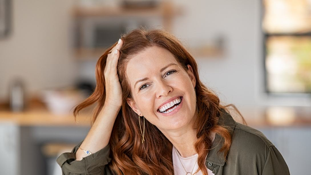 Mature beautiful woman laughing - Foto: Getty Images/iStockphoto