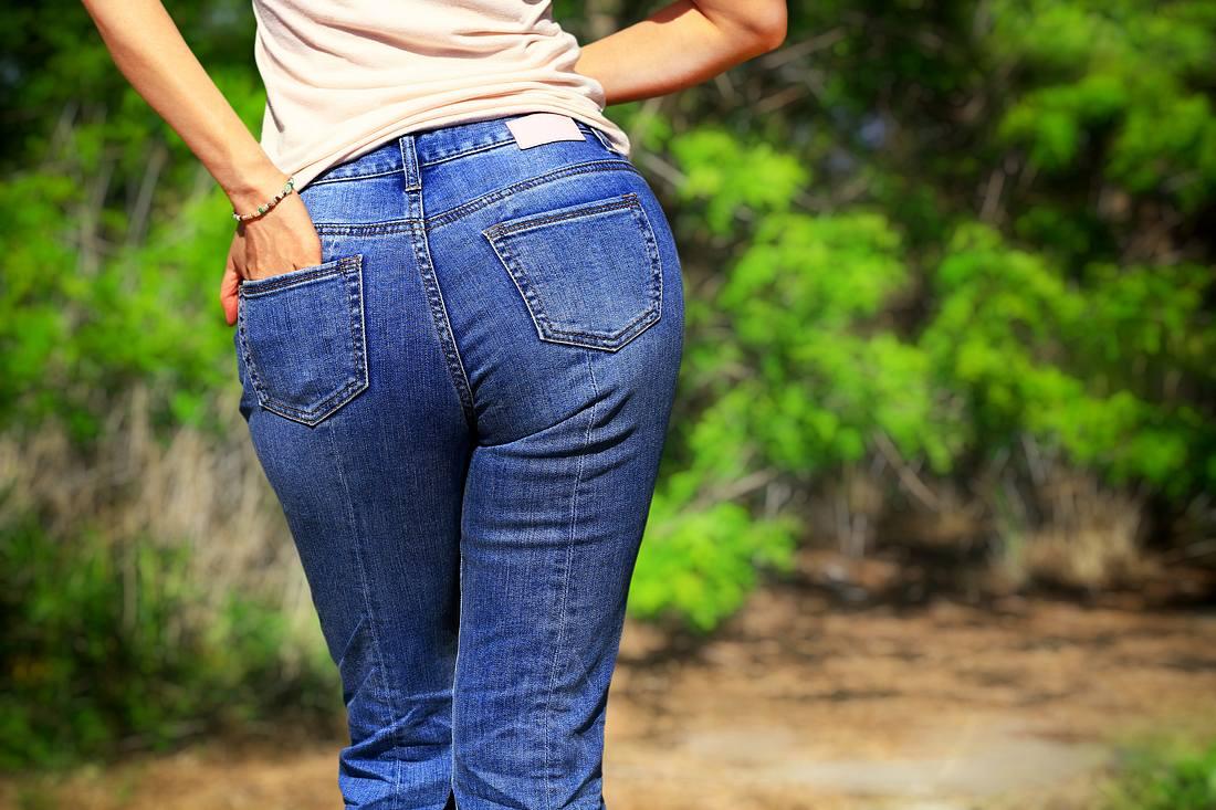 Shaping Jeans an einer Frau