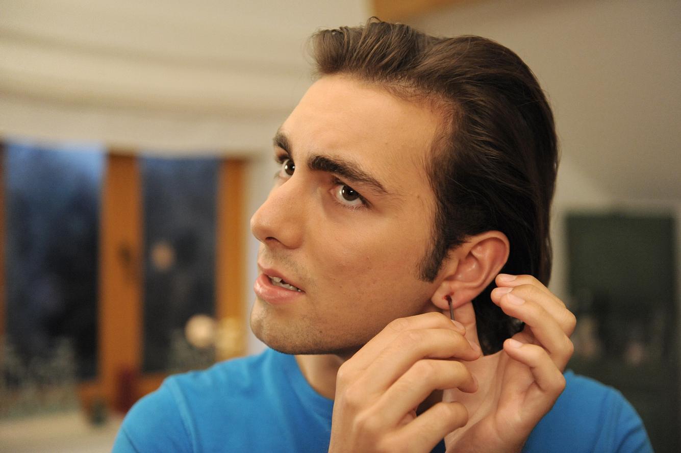 Shayan Hartmann als Felix Brunner.