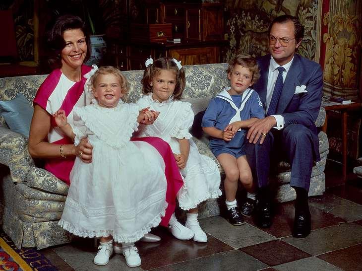 Königin Silvia und König Carl Gustaf mit ihren drei Kindern Victoria, Carl Philip und Madeleine.