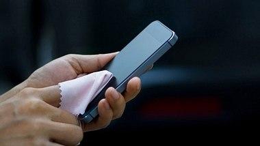 Smartphone & Co. richtig reinigen - Foto: ipopba / iStock