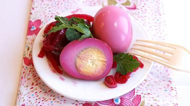 Pink eingefärbte Soleier auf einem Teller.  - Foto: tanya_emsh / iStock