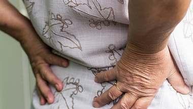Erste Hilfe bei Rückenschmerzen - Foto: anjagrujic / iStock