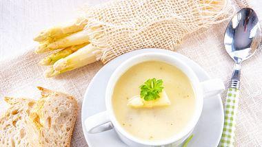 Spargelsuppe aus Schalen ist die ideale Grundlage für eine Spargelcremesuppe. - Foto: Dar1930 / iStock