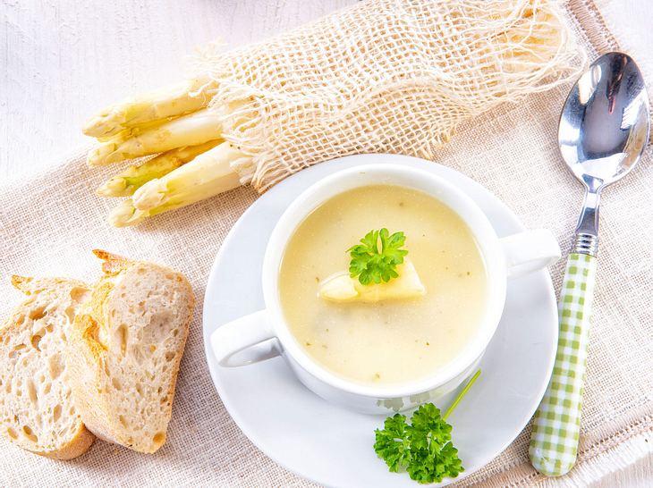 Spargelsuppe aus Schalen ist die ideale Grundlage für eine Cremesuppe.