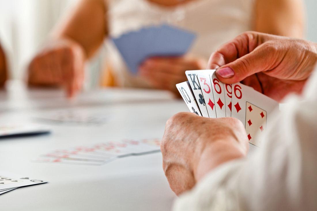 Senioren spielen Kartenspiel
