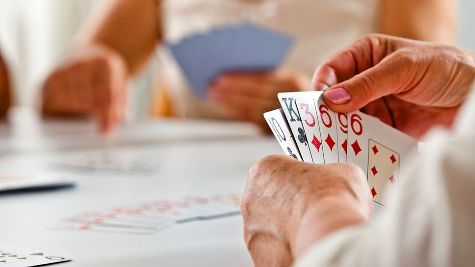 Senioren spielen Kartenspiel - Foto: iStock/izusek