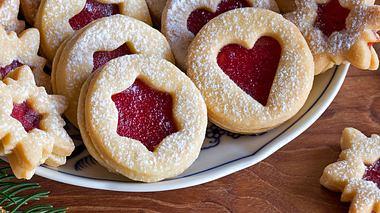 Im Advent kommen traditionell auch selbst gebackene Spitzbuben (Linzer Plätzchen) auf den Tisch. - Foto: iStock / Madeleine_Steinbach