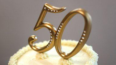 Hier finden Sie schöne Sprüche zur Goldenen Hochzeit. - Foto: FastGlassPhotos / iStock