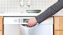 Was tun, wenn die Spülmaschine kein Wasser zieht oder andere Probleme macht? - Foto: YinYang / iStock