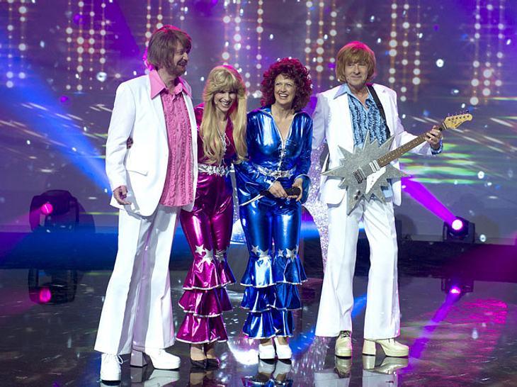 In der Show 'Top, die Wette gilt!' zu Ehren von Frank Elstner sind unter anderem Günther Jauch, Michelle Hunziker, Barbara Schöneberger und Thomas Gottschalk zu Gast.
